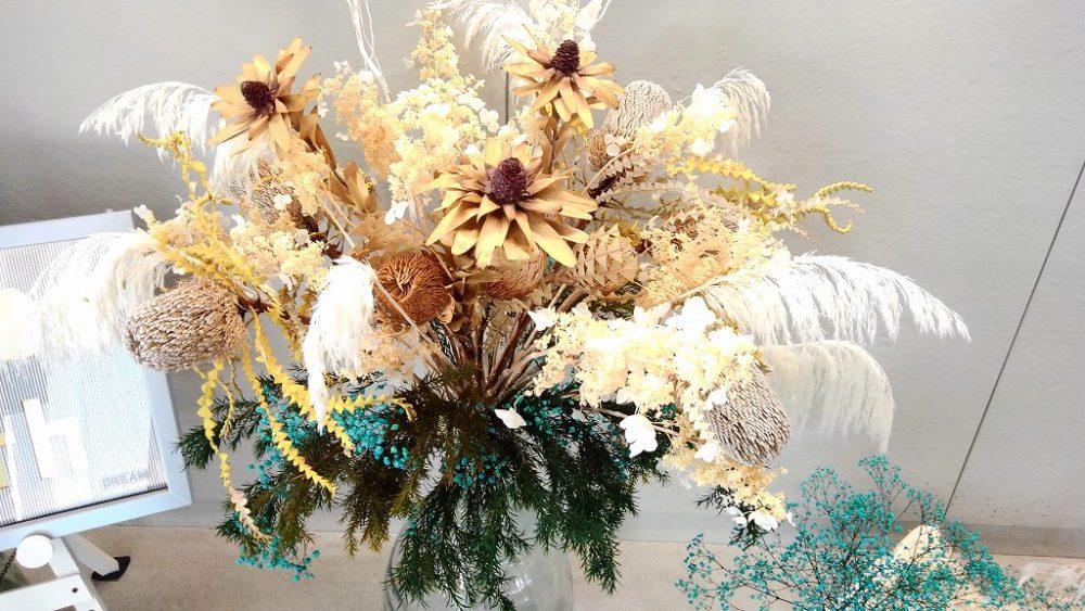 南半球の草花が使われたアレンジメント